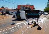 Vídeo: Caminhão tomba na Jorge Teixeira após ser atingido por carro de passeio