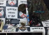 Policiais da 5ª DP apreendem droga e rádio durante buscas