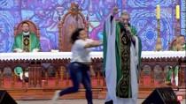 Vídeo: mulher invade missa e empurra padre Marcelo Rossi