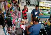 Câmeras registram bandido armado assaltando comércio na Capital; veja vídeo