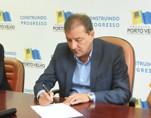 Prefeito Hildon Chaves sanciona lei que garante piso nacional a professores