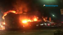 Vídeo: Bombeiros tentam controlar incêndio na Rondobrás, em Porto Velho