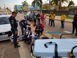 Motociclista fica em estado grave ao colidir em Uno que parou para pedestres passarem