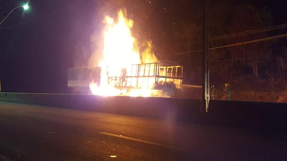 Carreta com cachaça pega fogo na BR-364 em Porto Velho