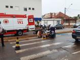 Motociclista fica com lesões após colidir em meio fio