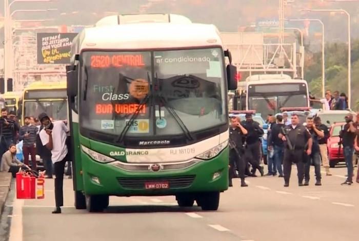 Sequestrador de ônibus é morto por atirador de elite na Ponte Rio-Niterói e reféns são liberados