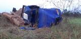 Caminhão irregular com carga de madeiras capota e mata três na BR-364