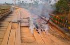 Agricultores incendeiam ponte após denunciarem descaso e nada ser feito