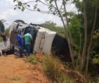 Acidente entre caminhonete e carreta deixa dois mortos e dois feridos na BR-364