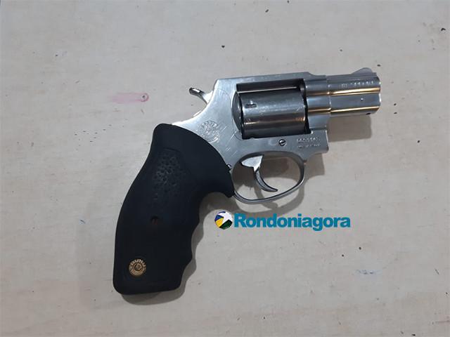 PM prende dupla com arma na Zona Leste