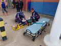 Jovem motociclista fica em estado grave após bater na lateral de carro em cruzamento