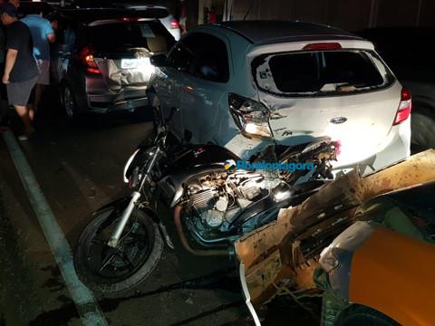 Vídeo: Motociclista é prensada entre dois carros durante engavetamento