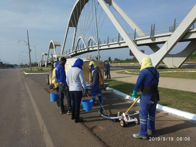 Prefeitura realiza limpeza e pintura na avenida Jorge Teixeira
