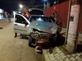 Motorista avança preferencial, é atingido por carro e ainda bate em poste