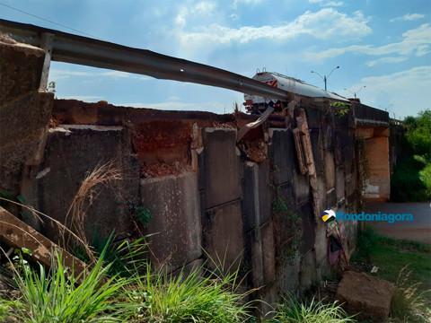Parte da área de contenção de viaduto desaba na Capital, mas Defesa Civil diz que não há risco; fotos