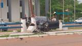 Motorista perde controle de carro e atinge poste em frente ao Comando da PM