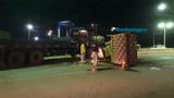 Rolo compressor cai de carreta na BR-364 e causa transtornos na rodovia