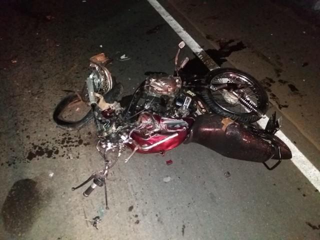 Casal morre na BR-364 após colisão de moto com caminhão