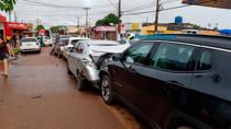 Vídeo: Mulher passa mal e causa engavetamento de seis veículos