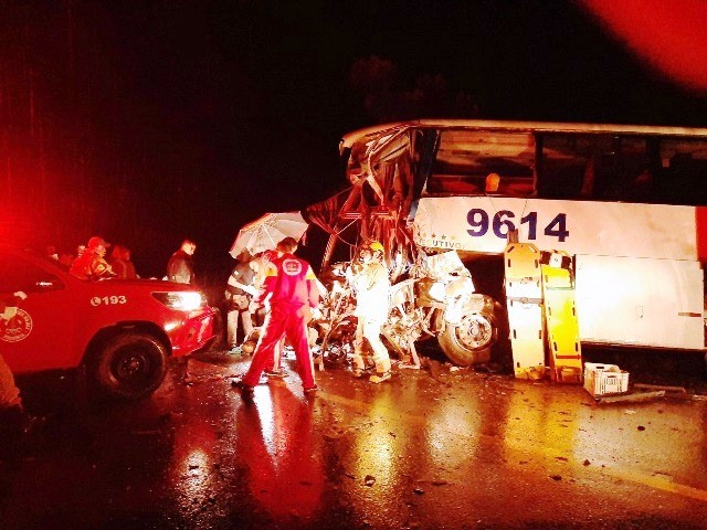 Imagens mostram dimensão da tragédia que matou 6 na BR-364