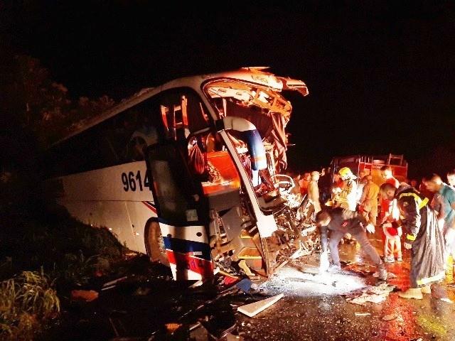 Tragédia: carreta estava acima da velocidade e invadiu pista do ônibus.