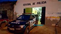 Ladrão rouba celular, mas é preso após colidir moto em carro