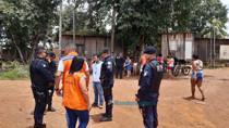 Moradores impedem veículos da Energisa de saírem de área, após cortes determinados pela Defesa Civil