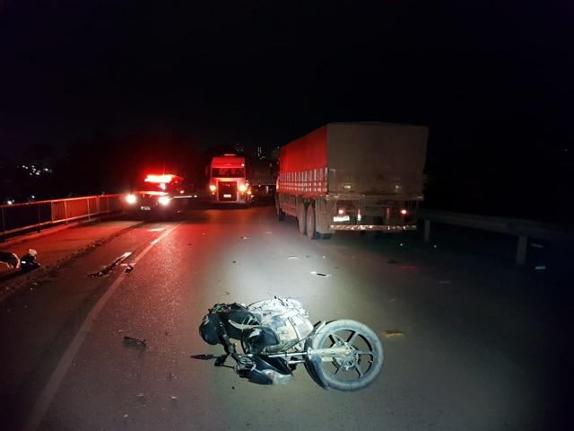 Motociclista fica ferido após colidir moto em caminhão, na ponte do Rio Madeira