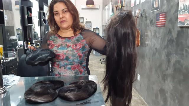Solidariedade: empresária doa perucas para elevar estima de pacientes com câncer