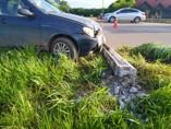 Motorista perde controle de veículo, invade canteiro na BR 364 e derruba poste