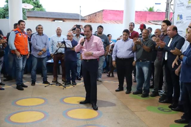 Prefeito assina ordem de serviços para retomar obras no Flamboyant e avenida Mamoré