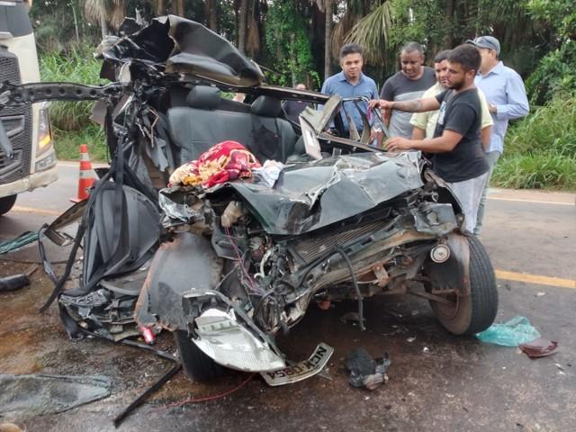 Família que seguia para enterro de parente fica presa às ferragens em acidente na BR-364