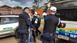 Criminosos tentam roubar casa, fazem família refém e se entregam com a chegada da PM