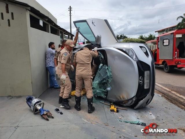 Acidente envolvendo dois veículos deixa vítima presa nas ferragens