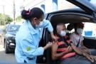 Serviço da Prefeitura aplica vacina sem que pessoas saiam de carros
