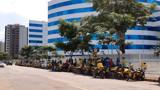 Mototaxistas protestam para retornar ao trabalho ou recebimento de um salário