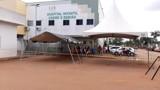 Tendas são instaladas em hospitais para atender demandas de possíveis infectados
