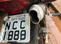 Polícia prende homem com moto roubada; placa estava adulterada com fita isolante
