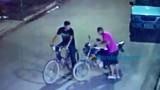 Vídeo: Ladrões são flagrados roubando moto na Capital