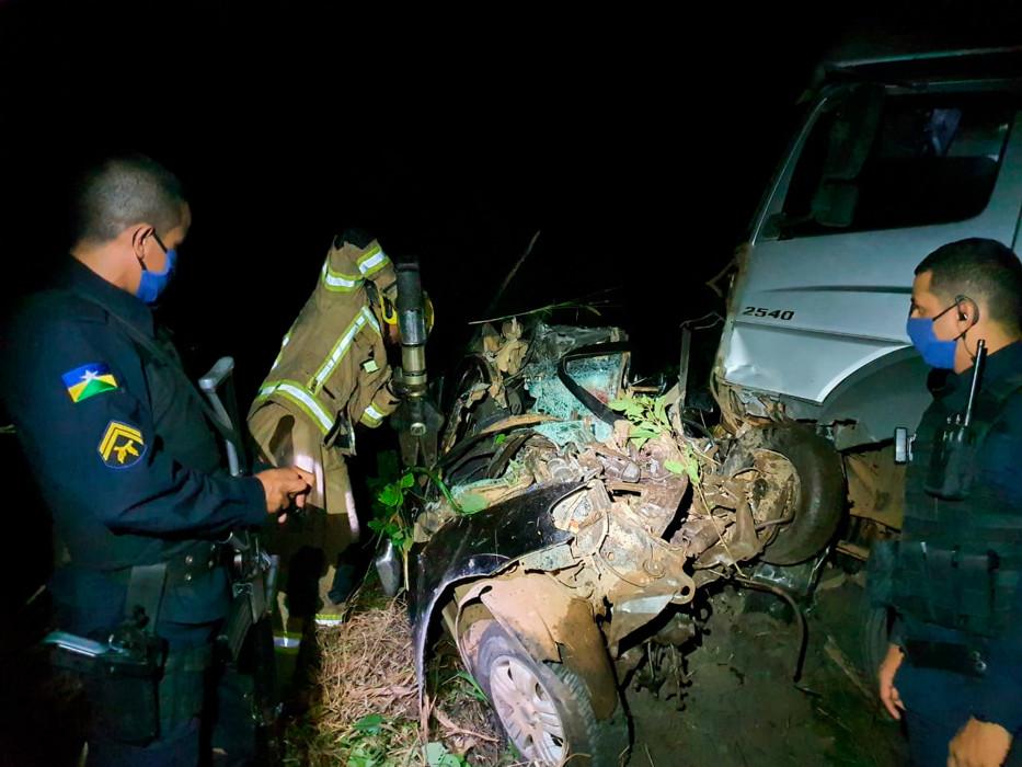 Motorista morre após colisão de Strada com caminhão