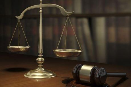 Juíza declara impedimento para julgar ação e revoga redução de mensalidades de faculdades