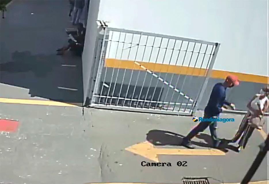 Vídeo: Bandido rouba quase R$ 22 mil de idosa na entrada de banco