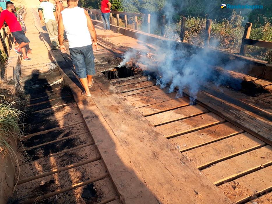 Vídeo: Ponte do Jacu da Vala é incendiada e moradores ficam isolados mais uma vez