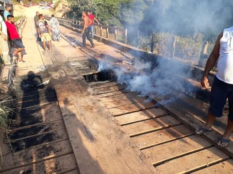 Jacu da Vala: Ponte incendiada será recuperada em caráter emergencial, diz Governo