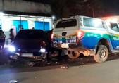 Após sair de bar, homem colide carro em viatura da PM