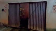 Incêndio destrói casa e carro na Zona Sul