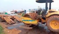 Rolo compressor cai de carreta em Porto Velho