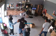 Câmera mostra agressões de bandidos contra vítimas durante roubo