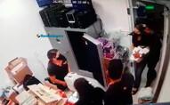 Vídeo: Criminosos armados assaltam loja e levam cerca de 150 celulares; Polícia pede ajuda