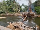 Operação da PF destrói equipamentos usados em garimpo e extração de madeira em área indígena